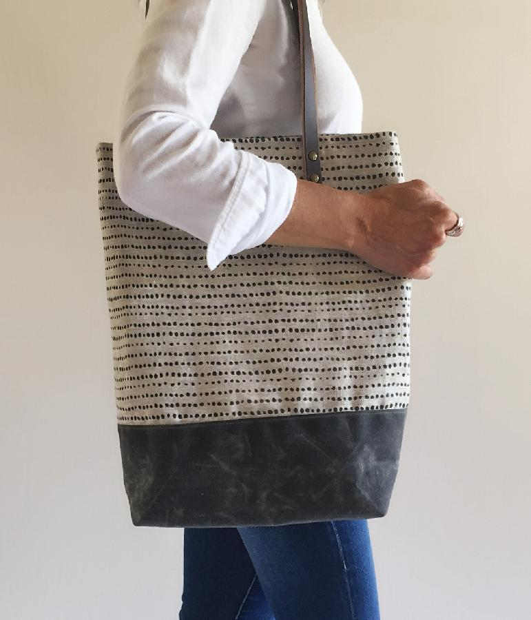 Tote bag screen printed with original design on 4C22, mixed natural linen.